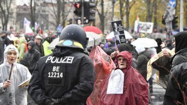 """Coronavirus en Allemagne: 10.000 manifestants """"anti-masque"""" ont défilé à Berlin, 100 interpellations"""