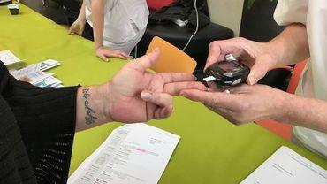Après une simple piqûre au bout du doigt, le visiteur sait immédiatement si sa glycémie est normale ou pas.