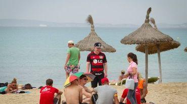 Des touristes sur la place à Palma de Majorque, le 29 juin 2016