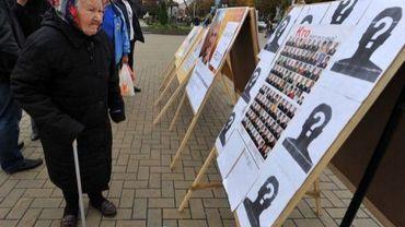 Une femme regarde des affiches électorales à Minsk, le 22 septembre 2012