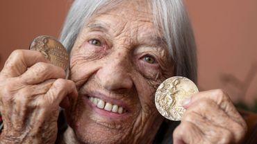 Agnes Kaleti et deux de ses dix médailles olympiques : la doyenne mondiale des championnes olympiques va fêter ses 100 ans !