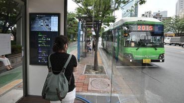 Des arrêts de bus innovants ont été installés dans un quartier du nord-est de Séoul pour protéger les passagers de la pluie, de la chaleur estivale mais également du coronavirus.