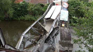 Un pont s'écrase sous le poids d'un camion