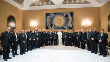 Le pape françois avec des évêques chiliens, reçus au Vatican le 17 mai 2018