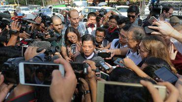 Than Zaw Aung (c) l'avocat des journalistes de Reuters emprisonnés Wa Lone et Kyaw Soe Oo fait une déclaration à la presse, le 11 janvier 2019 à Rangoun