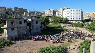 Des enfants yéménites rassemblés devant une maison transformée en école à Taëz, dans le sud-ouest du pays, le 3 octobre 2018
