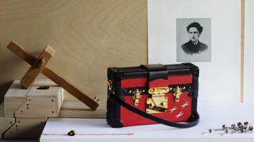 L'histoire de Louis Vuitton est racontée à l'aide de documents et d'objets issus des archives de la maison.