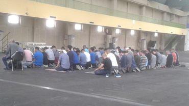 Des fidèles musulmans déjà en prière ce jeudi à Charleroi Expo