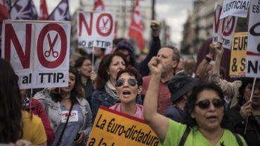"""A Madrid ce samedi, différents cortèges ont conflué vers la Puerta del Sol pour se retrouver face à la banderole """"Pour une rébellion démocratique des peuples d'Europe, souveraineté, dignité, solidarité""""."""
