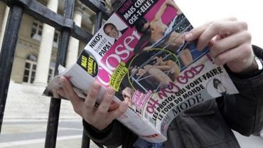 Un homme lit le magazine Closer montrant les seins nus de Kate Middleton, le 14 septembre 2012