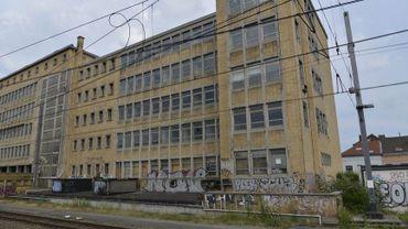 Situé sur le site de la gare du Midi, la façade du tri postal porte les stigmates d'un bâtiment abandonné depuis 1998.