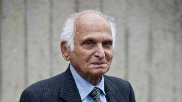 """En septembre 2014, il s'était vu remettre a médaille d'Officier des Arts et des Lettres en tant que """"fervent défenseur du dialogue entre la littérature moderne au Pakistan et celle de la France contemporaine""""."""