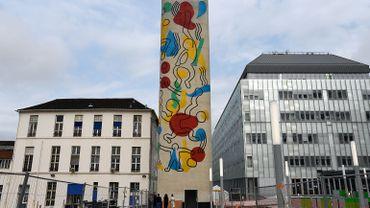 Une vente aux enchères d'art contemporain ainsi que des opérations de mécénat, rapportant plus de 800.000 euros, ont permis à la fresque de connaître une seconde vie.