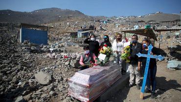 """Cimetière saturé au Pérou, """"succès"""" autoproclamé de la Corée du Nord: le point sur le coronavirus dans le monde"""