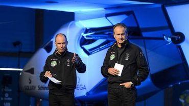 Les pilotes suisses Bertrand Piccard (gauche) et André Borschberg présentent l'avion solaire à Payerne le 9 avril 2013