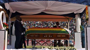 """L'ex-président Mugabe sera finalement enterré au monument des """"héros""""."""