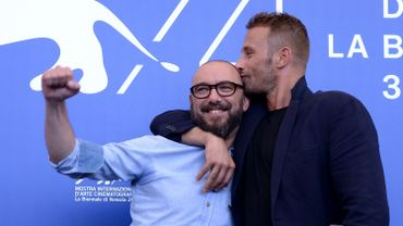 Matthias Schoenaerts embrasse le réalisateur Michael Roskam.