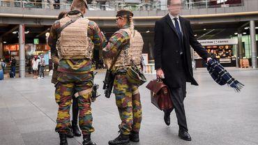 Des militaires à la gare d'Anvers