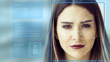 """Des sas équipés d'un système de reconnaissance faciale sont désormais déployés dans les aéroports parisiens afin de rendre """"plus fluides"""" les contrôles aux frontières"""