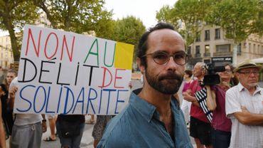 """Cette décision, qui promet de résonner comme un coup de tonnerre dans un contexte politique européen tendu, répond à une demande de Cédric Herrou, un agriculteur devenu le symbole de l'aide aux migrants à la frontière franco-italienne et qui réclamait l'abolition du """"délit de solidarité""""."""