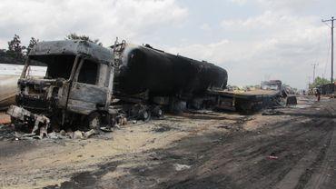 D'après un autre témoin, des personnes ont été brûlées vives alors qu'elles récupéraient de l'essence sur la chaussée après l'accident.