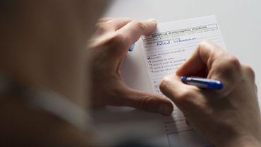 Le gouvernement veut placer sous monitoring les médecins qui octroient trop de jours de congé de maladie
