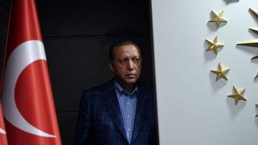 """Référendum turc: l'autorité électorale confirme la victoire du """"oui"""", l'opposition conteste la légitimité"""