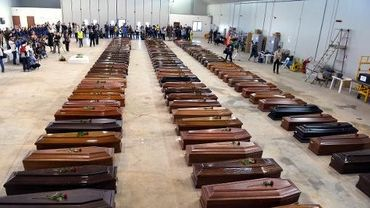 Cercueils de migrants morts lors d'un naufrage à Lampedusa le 5 octobre 2013
