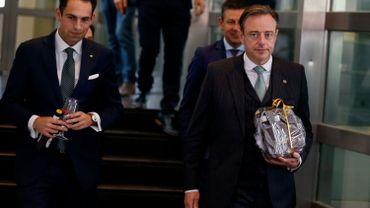 29 mai : Parlement flamand, première - et jusqu'à présent seule - rencontre publique, devant les caméras entre le formateur Bart De Wever et le président du Belang Tom Van Grieken.