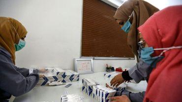 Des employées d'un laboratoire près de Homs en Syrie vérifient des boîtes d'hydroxychloroquine, le 28 avril 2020