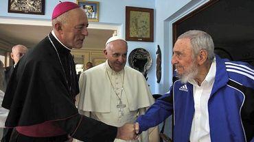 Sous le regard du pape François, l'ancien président cubain Fidel Castro salue le nonce apostolique, l'ambassadeur du Vatican à Cuba, Giorgio Lingua.