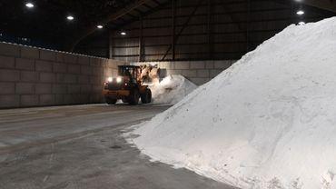 Le sel est directement acheminé par bateau, dans ce nouveau dépôt situé le long du canal