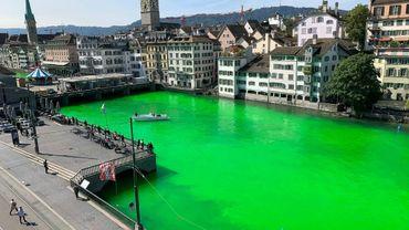 L'organisation Extinction Rebellion a teinté en vert fluorescentla Limmat, la rivière de Zurich, pour protester contre la destruction de l'écosystème mondial, le 10 septembre 2019