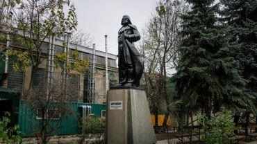 L'artiste Alexander Milov a transformé cette statue de Lénine d'une usine d'Odessa pour lui donner les traits de Dark Vador. Odessa, 21 novembre 2015.