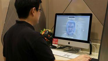 Un employé de l'agence gouvernementale GovTech de Singapour effectue une démonstration de reconnaissance faciale pour accéder aux services publics, le 1er octobre 2020