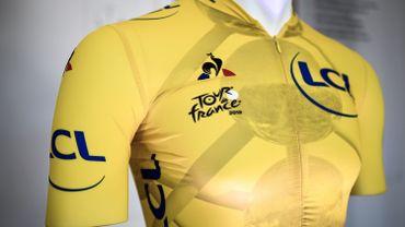 Le maillot jaune, porté par le leader du classement général au temps.
