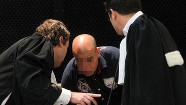 Mohamed El Yamani entouré par ses avocats, Me Olivier Dandois et Me Nicolas Tzanetatos, pendant son procès