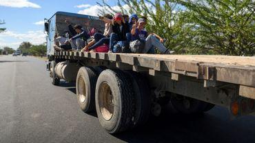Des migrants honduriens espérant atteindre les Etats-Unis voyagent à bord d'un camion, à Zacapa (Guatemala), le 17 janvier 2020