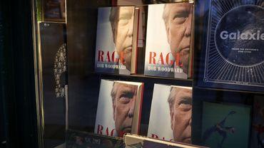 """Donald Trump, un excellent client pour la littérature et l'édition : ici, le livre """"Rage"""" signé Bob Woodward en vitrine des magasins à Paris."""