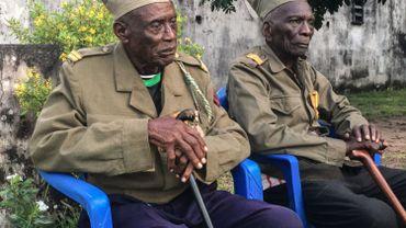 """Daniel Miuku, 94 ans, (R) et Albert Kunyuku Ngoma, 97 ans, (L), les derniers survivants de la """"Force Publique"""", l'armée coloniale belge qui a combattu jusqu'en Asie pendant la Seconde Guerre mondiale."""