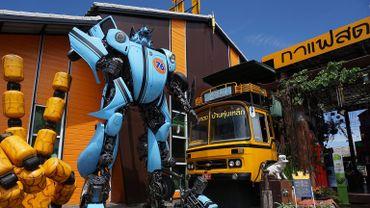 Des statues monumentales des Transformers ont été ajoutées devant le temple Wat Ta Kien, à une heure de Bangkok