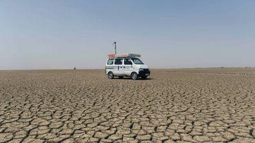 La camionnette de l'ONG parcourt le désert pour permettre à des enfants d'accéder à internet, dans la région du Gujarat en Inde, le 7 avril 2017