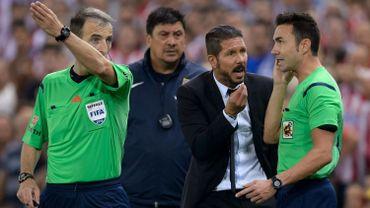 Diego Simeone en discussion avec les arbitres