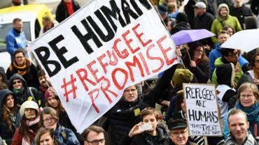 Des manifestants rassemblés dans le quartier européen à Bruxelles pour protester contre le non respect du plan européen de relocalisation des réfugiés