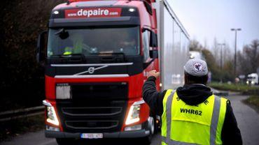 Un gilet jaune qui arrête un camion, le 19 novembre