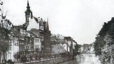 Quand la Sambre remplaçait le boulevard Tirou, sur la gauche, la tour de l'actuelle librairie Molière