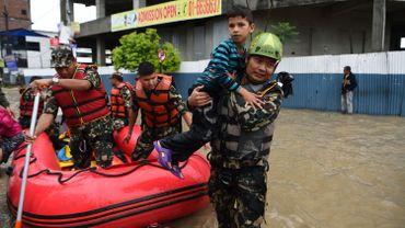 L'armée aide des personnes piégées par une inondation causée par la mousson