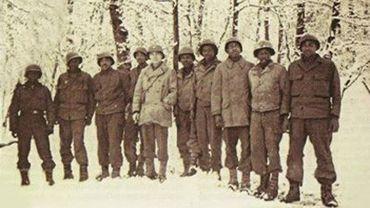 Des hommes du 333e bataillon d'artillerie. Au centre, le capitaine William G.McLeod.