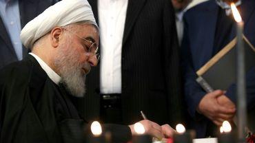 Le président iranien Hassan Rohani signant le registre des noms des victimes du crash d'un avion ukrainien.