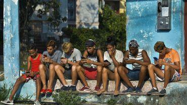 De jeunes Cubains se connectent à internet sur leur mobile à La Havane, le 6 juin 2019